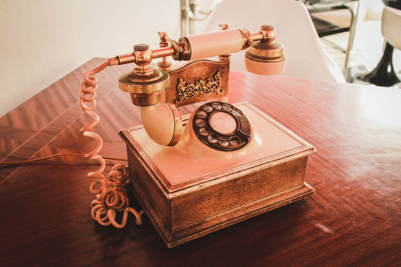 A pink turnstyle telephone